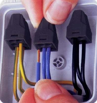 Безвинтовое соединение проводов в выключателе