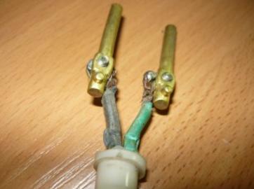Подсоединение провода к штырям на старой электрической вилке