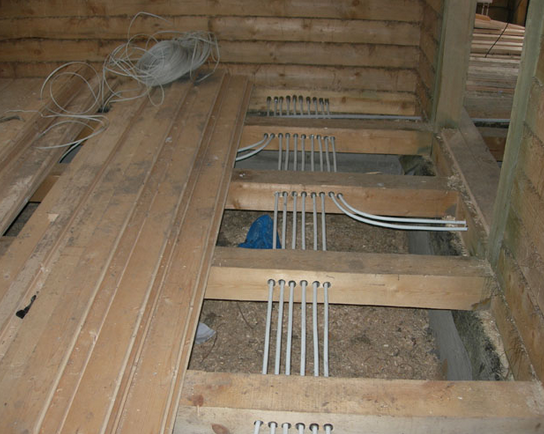 Разводка проводки в деревянном полу