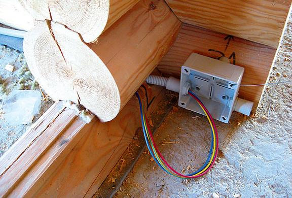 Распределительная коробка в доме из дерева