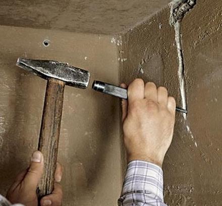 Штробление стены зубилом