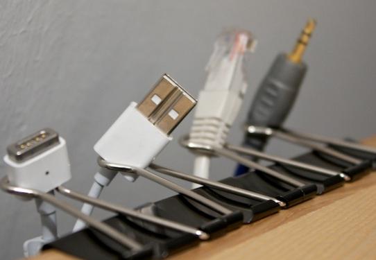 спрятать провода с помощью скрепок
