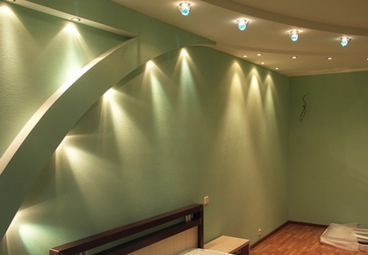 совмещение видов освещения в спальне