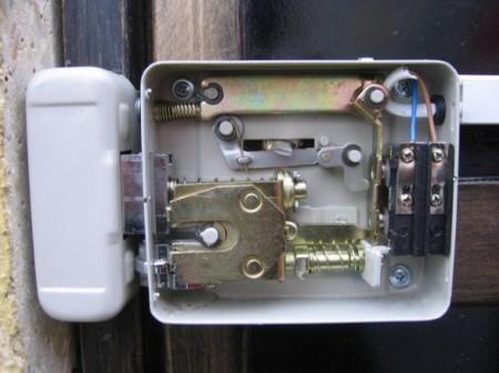 Монтаж электромагнитного замка
