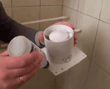 Нанесение клея на вытяжной вентилятор