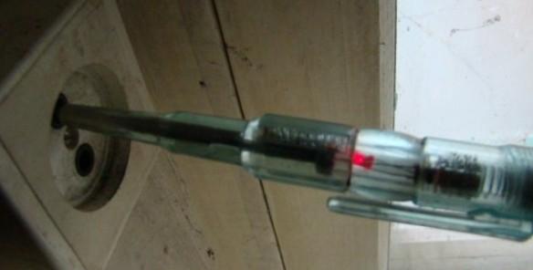 Отвертка индикатор в розетке