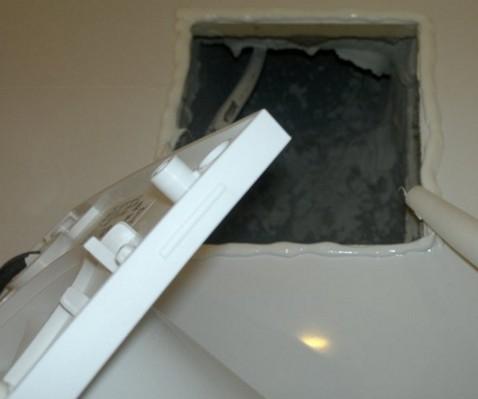 Прижим вытяжного вентилятора к стене