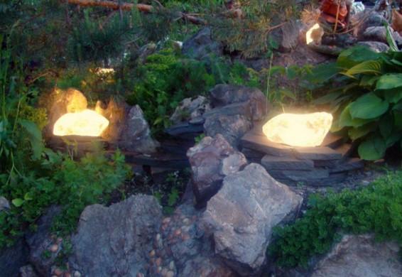 Садовые светильники в форме камня