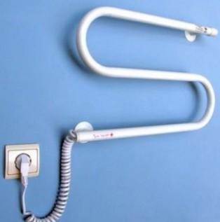 Электрический полотенцесушитель на стене