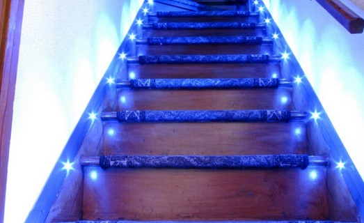 готовый вариант подсветки лестнцы