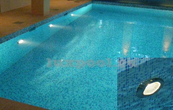 точечные светильники в бассейне