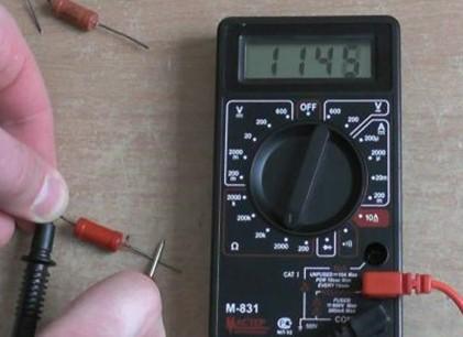 Подключение щупа мультимера к предмету, который измеряется