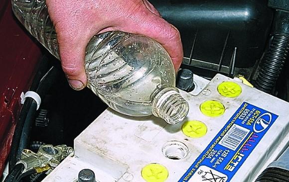 наливаем жидкость в аккумулятор