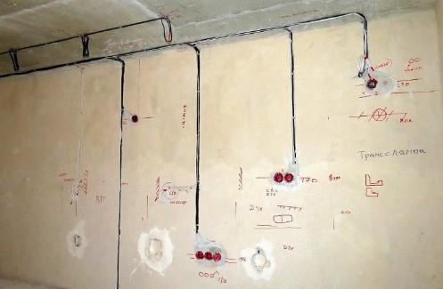 Отметки маркером электропроводки на стене