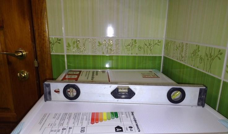 Установка корпуса стиральной машины по уровню