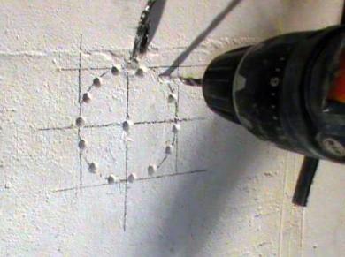 Штробление отверстия для подрозетника дрелью