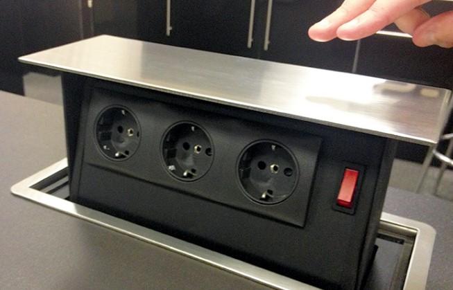 Современная выдвижная панель блока розеток на кухне