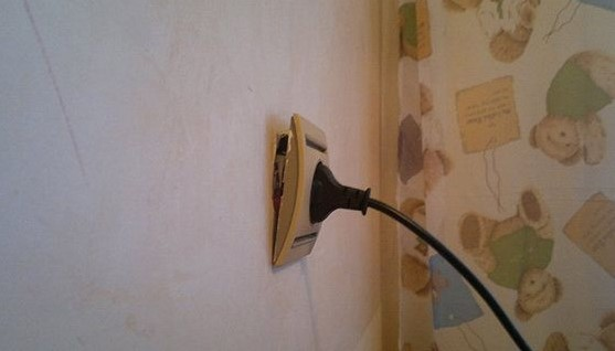 Что делать если розетка вываливается из стены