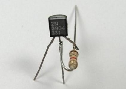 подключаем резистор к транзистору