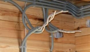 Как обезопасить брус во время прокладки проводки?